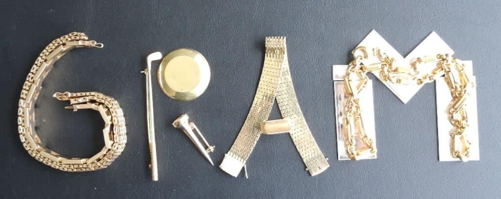 Gram skrevet med guld komponenter