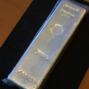 Heraeus sølvbarre på 5000 gr i finsølv 999,9 sælges med brugt moms til fordelagtig pris. Vitus guld forhandler sølvbarre